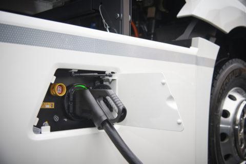 Daimler Trucks: E-Mobility Group startet weltweite Initiative für Elektro-Lkw-Ladeinfrastruktur Foto: Ein Mercedes-Benz eActros beim Laden der Batterien