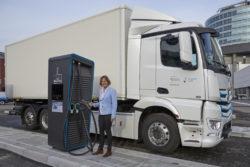 Daimler Trucks: E-Mobility Group startet weltweite Initiative für Elektro-Lkw-Ladeinfrastruktur Foto: Gesa Reimelt, Leiterin der E-Mobility Group Daimler Trucks  &  Buses vor einem eActros