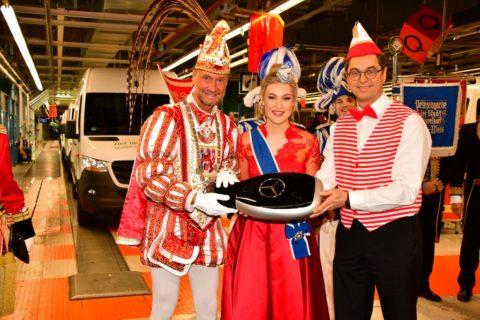 Helau in Düsseldorf: Mercedes-Benz Werk stellt 30 Bagagewagen und einen eSprinter für den Düsseldorfer Karneval