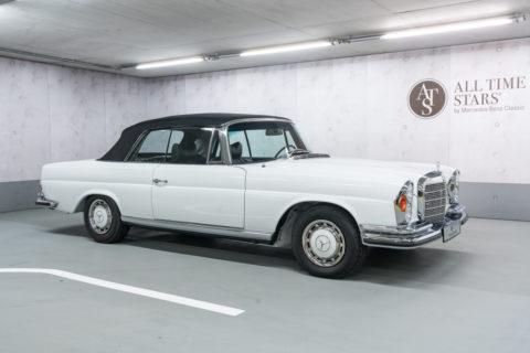 Mercedes-Benz Classic auf der Retro Classics 2020 Foto: Mercedes-Benz 280 SE 3.5 Cabriolet (W111) in Lackierung Papyrusweiß aus dem Jahr 1970. Ein Fahrzeug von ALL TIME STARS bei der Retro Classics 2020.