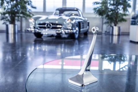 """Ausgezeichnet: Doppelsieg für Mercedes-Benz beim Motor Klassik Award 2020 Foto: Innenspiegelfuß des Mercedes-Benz 300 SL (W198, """"Gullwing"""" und Roadster). Er ist als Original-Ersatzteil wieder erhältlich und kann bei jedem Mercedes-Benz Partner über das Classic Center bezogen werden. Der Spiegelfuß wird mithilfe des 3D-Drucks aus einer Aluminiumlegierung hergestellt."""