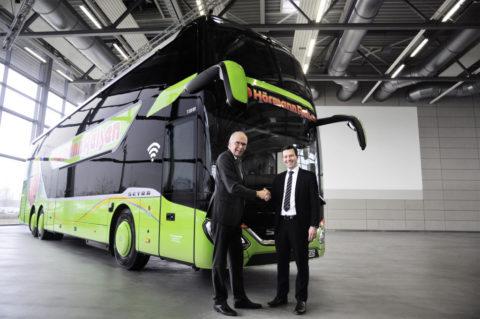 Zwei neue Setra 5-Sterne-Doppelstockbusse bei Hörmann-Reisen im Einsatz Foto: Geschäftsführer Philipp Hörmann (rechts) übernimmt einen neuen S 531 DT von Ulrich Bastert, Leiter Vertrieb und Marketing Daimler Buses.