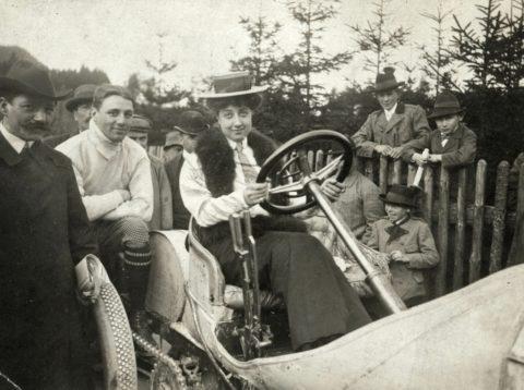 Jubiläum des Markennamens: 120 Jahre Mercedes – das Mädchen und die Marke Foto: Mercedes Jellinek (1889 bis 1929) auf einem Mercedes Grand-Prix-Rennwagen aus dem Jahr 1906.