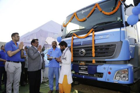 Großauftrag für Daimler Trucks in Indien: 120 BharatBenz Lkw für CJ Darcl Logistics Foto: Traditionelle Puja-Zeremonie während der Kundenübergabe von 120 Bharat-Benz-Lkw (vor dem Corona-bedingten Ausnahmezustand in Indien).