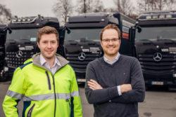 Für den besten Fahrernachwuchs: Der neue Mercedes-Benz Actros als Fahrschulfahrzeug im Einsatz bei der Verkehrsakademie Münsterland Foto: Daniel Autmaring (links) und Philipp Stegemann von der Verkehrsakademie Münsterland setzen dafür auf einen reinen Mercedes-Fuhrpark.