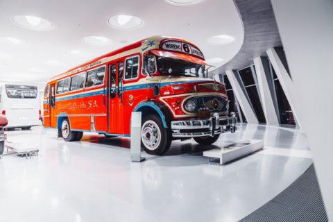Vor 125 Jahren: Erster Omnibus mit Verbrennungsmotor von Benz & Cie Foto: Mercedes-Benz Omnibus LO 1112 aus dem Jahr 1969, farbenfroh lackiert für den Einsatz in Buenos Aires. Exponat der Dauerausstellung im Mercedes-Benz Museum, Raum Collection 1 – Galerie der Reisen.