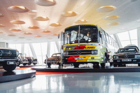 """Vor 125 Jahren: Erster Omnibus mit Verbrennungsmotor von Benz & Cie Foto: Mercedes-Benz O 302 Reisebus """"Weltmeisterbus"""". Exponat der Dauerausstellung im Mercedes-Benz Museum, Raum Collection 4 – Galerie der Namen."""