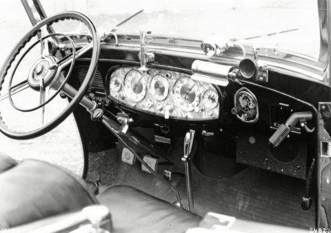"""Rollende Pracht: Der Repräsentationswagen Typ """"Großer Mercedes""""Foto: Armaturenbrett eines W07 mit moderneren Armaturen und separat eingebautem Radio, darunter der Lautsprecher"""