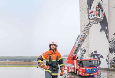 Ein Mercedes-Benz Econic als Drehleiterfahrzeug für den Feuerwehreinsatz Foto: Feuerwehrmann Jens Fredskild und sein Kollege Karsten Højland testen den Econic.