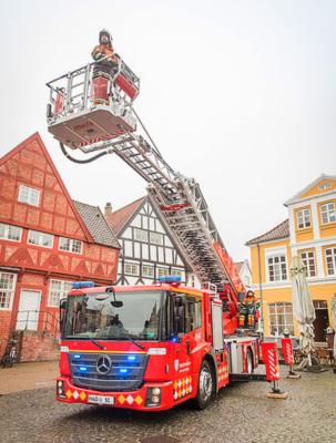 Ein Mercedes-Benz Econic als Drehleiterfahrzeug für den Feuerwehreinsatz Foto: Jens Fredskild und Karsten Højland schätzen ihr neues Drehleiterfahrzeug, weil es ihnen die Arbeit erleichtert.