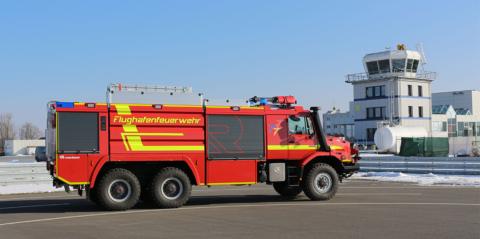 Ein Mercedes-Benz Zetros im Einsatz als Flughafenlöschfahrzeug