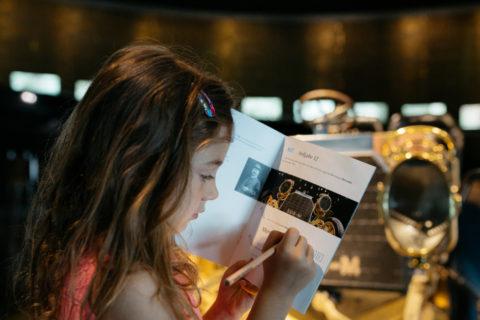 """Viele neue Angebote für Kinder im Mercedes-Benz Museum Foto: Den jüngsten Besuchern des Mercedes-Benz Museums steht wieder das Entdeckerbüchlein und Themenhefte für die """"Kids-Rundgänge"""" in der Ausstellung zur Verfügung."""